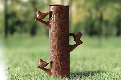 止まり木でやすむ動物にほっとする、ぬくもりのある手彫りのカップ